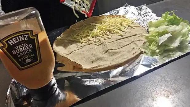 """澳洲快餐爱好者发明""""土耳其烤肉汉堡"""",称这是终极美食"""