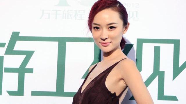 霍思燕真有名媛范,穿枣红色丝绒长裙优雅贵气,配皮手套更显端庄