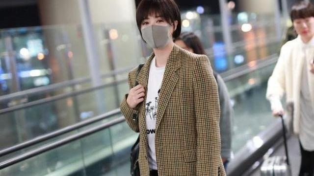 蒋欣外穿灰色西装,内搭连帽卫衣,看起来显瘦又颇为干练!