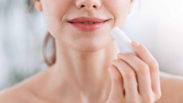 不只能潤唇,還能當卸妆油?6種內行人才知道的護唇膏神用法