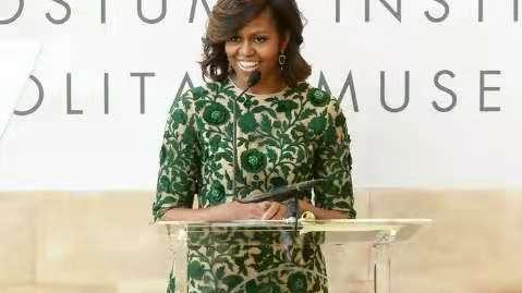 """奥巴马老了!头发花白为女性杂志拍封面,穿衬衫""""叠腿坐""""太得意"""