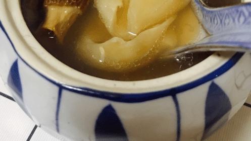 羊肚菌石斛鲍鱼煲水鸭汤,要用温水来浸泡羊肚菌