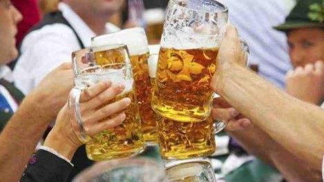 同样都是啤酒,为啥还分瓶装的和罐装的?有什么区别呢?