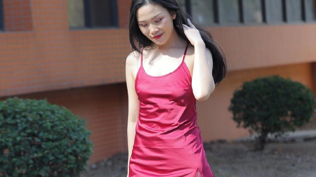 连衣裙可以更好的展示优美曲线,女性朋友们都需要一条