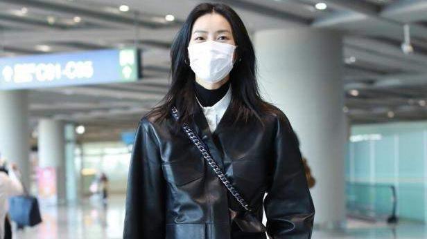44岁赵薇真有品位,机车皮衣混搭丝绒裙,飒爽又不失优雅女人味