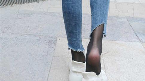 牛仔裤配运动鞋,这好像不太适合啊?