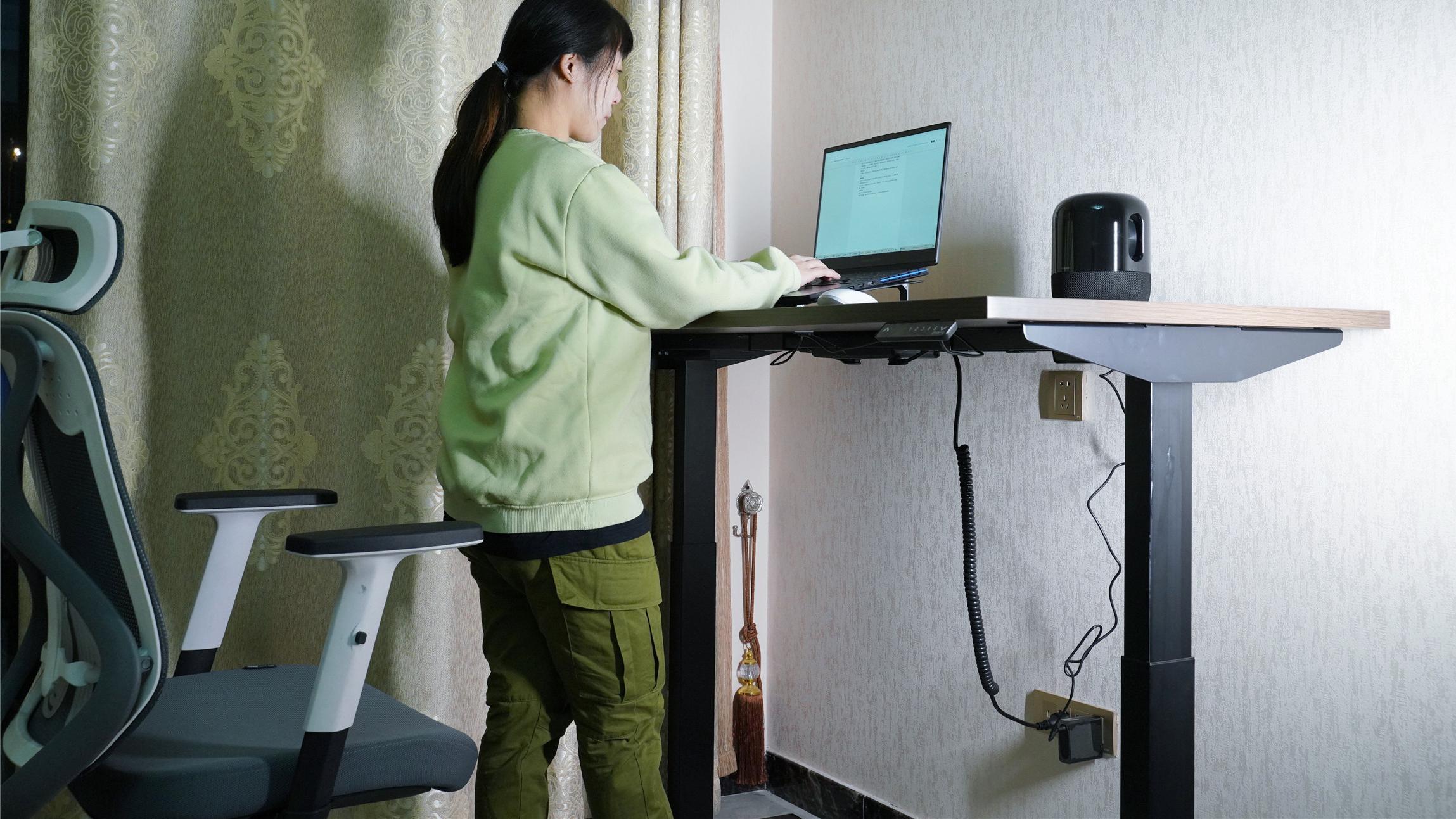 站着办公不腰疼,大人小孩都能用,网易严选电动升降桌评测