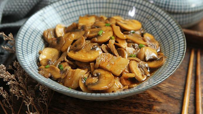 秋天遇此菌菇贵点也要吃,20元一斤,比肉还香,老人孩子都适合