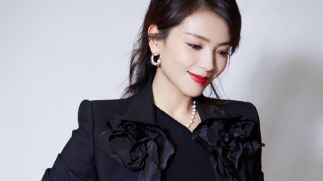 40多岁女士秋冬只会穿牛仔裤?模仿刘涛的造型,轻松秀出时髦感