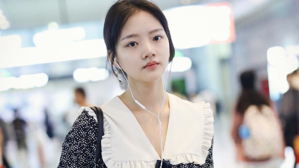 她19岁演王凯最疼爱的女儿,今穿T恤休闲裤,绑丸子头清新俏皮