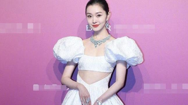 宋轶新造型太美了!白色公主裙大秀美腰美背,宛如迪士尼在逃公主