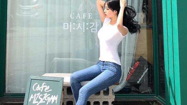 牛仔裤小姐姐,展现女性清新自然美,尽显端庄优雅气质