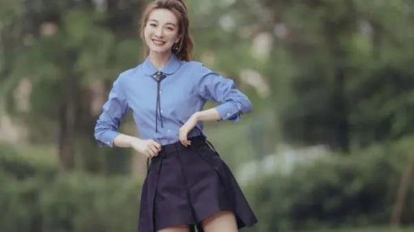 """吴昕瘦身成功堪比""""整容"""",蓝衬衣搭配黑裙裤,秀出漫画腿太绝了"""