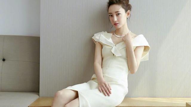 王丽坤穿搭真优雅,首饰私服搭配很惊艳,这双大长腿吸睛了