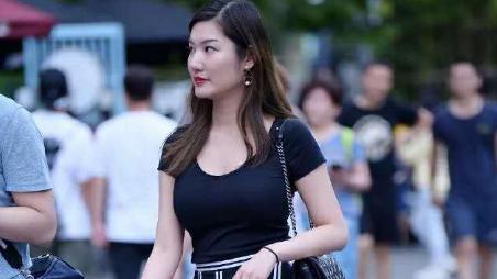 轻熟美女,短袖衫配蓝白条纹裙裤,尽显美女成熟的魅力