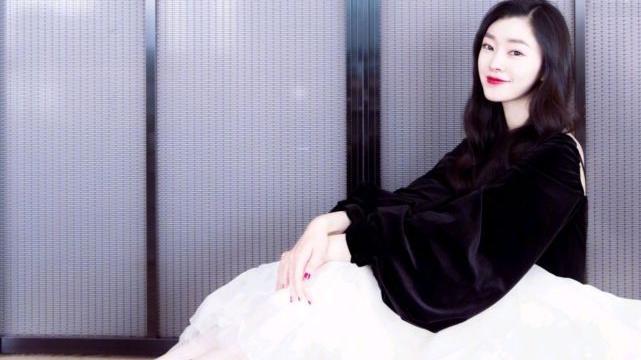 宋轶的黑白穿搭好高级,黑色上衣搭配白色半身裙,虽简约但精致