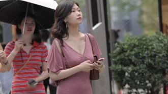 美女穿搭粉色裹身裙格外有魅力,上衣设计搭配短发气质和魅力双赢