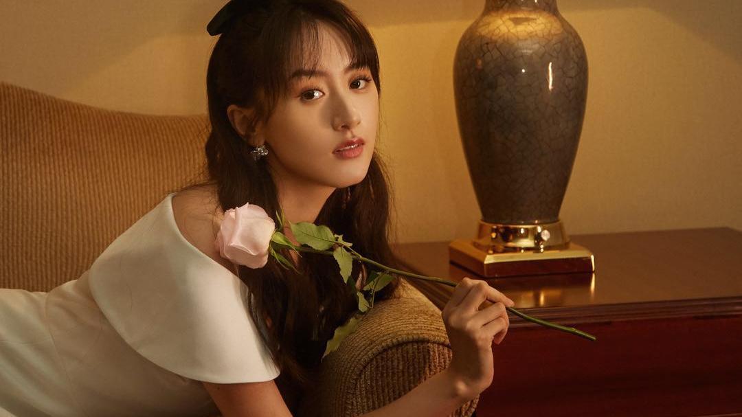 袁冰妍穿搭俏皮又可爱,蝴蝶结是整个搭配的亮点,秋季爱了