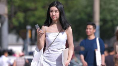 白色抹胸连衣裙搭配透明凉鞋,青春减龄,气质感十足