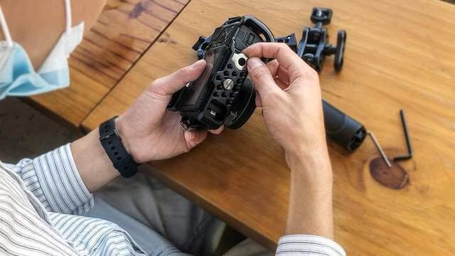 适合摄影新手的相机周边配件推荐,斯莫格索尼a6300兔笼评测