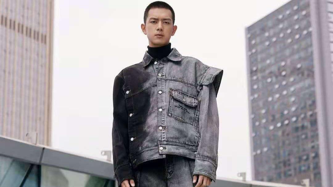 李现衣品真高级,寸头造型,黑色卫衣搭配皮夹克,硬汉风野性十足