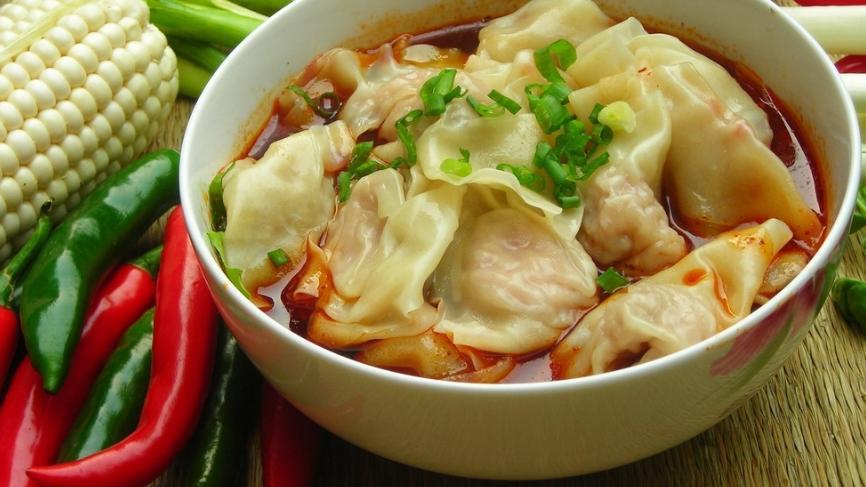 清汤抄手和红油抄手,是重庆饮食店常见的品种,还有过桥抄手