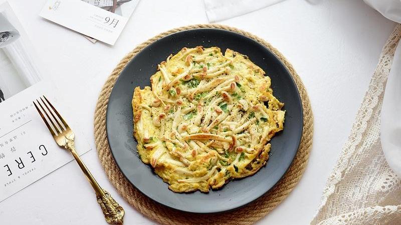 两个鸡蛋一把菌菇,放在一起煎一煎,这样的早餐又香又鲜