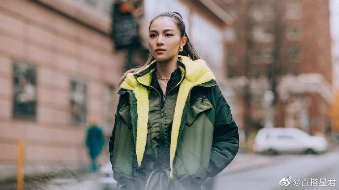 钟楚曦工装风出街,军绿色外套飒爽帅气,荧光点睛造型更显活力