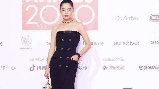 辛芷蕾ELLE造型:香奈儿开叉抹胸黑裙,手提鸟笼包,又美又飒