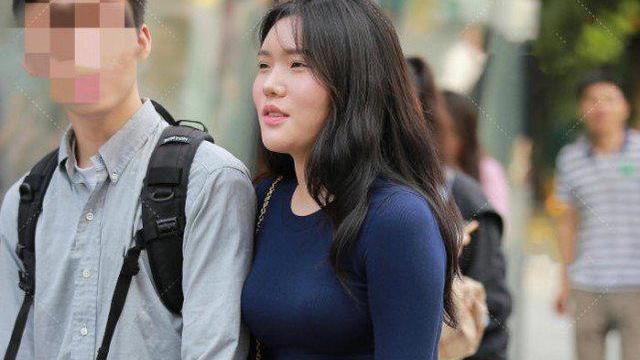 微胖体型搭配深蓝色紧身上衣,高腰牛仔裤和井字休闲鞋更具时尚感