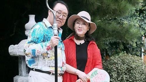 魏慧丽是中老年妈妈的穿衣样板,脸蛋自然穿衣高雅,美的从容大方