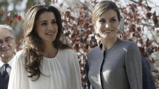 """""""双胞胎""""王后的进化史,西班牙王后一年一个样,约旦王后更知性"""