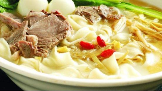 河南特色面食,鸡汤烩面的味道鲜浓,在家制作也很简单
