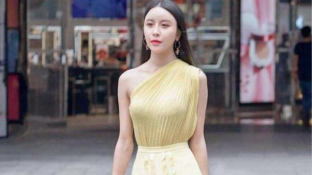 淡黄色的连衣裙搭配透明高跟鞋,舒适时尚,优雅又端庄