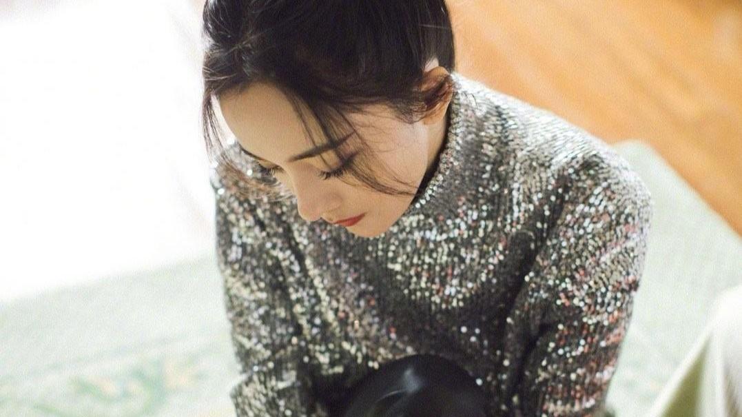 杨幂的钻石口罩亮了,穿高领亮片毛衣很耀眼,丸子头的她年轻不少