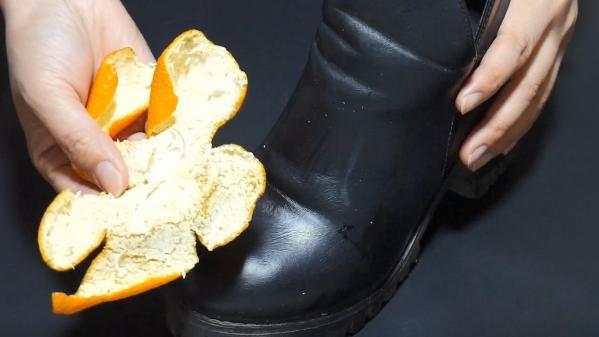 """别再用鞋油擦皮鞋了,擦点女生的一个""""小物件"""",皮鞋柔软有光泽"""