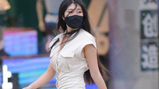 """黑丝袜搭配米黄色""""朋克风""""连衣裙出众又时尚, 长发飘飘魅力感十足"""