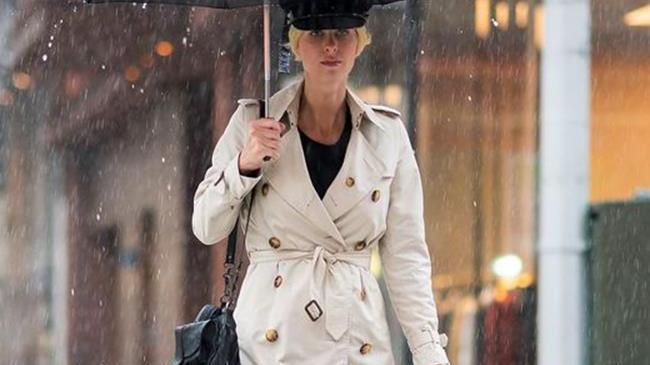 下雨天穿搭如何变得更时髦?从街拍达人学习7个雨天穿搭技巧!