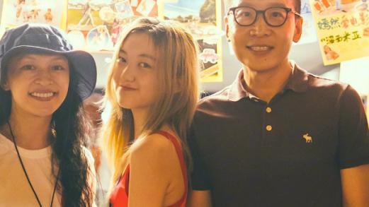 14岁李嫣现身摆地摊,身穿背心尽显火辣身材,背包搭配太巧妙