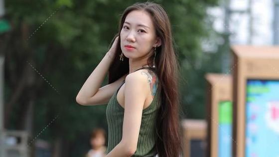 时尚的穿搭小女孩:墨绿吊带针织衣搭配深红细高跟,一般人驾驭不了