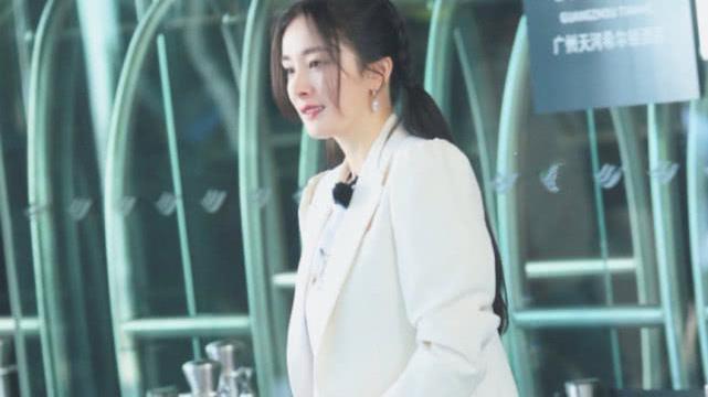 """杨幂真是""""行走的衣架"""",米色西服内搭白色短袖,清爽又大气"""