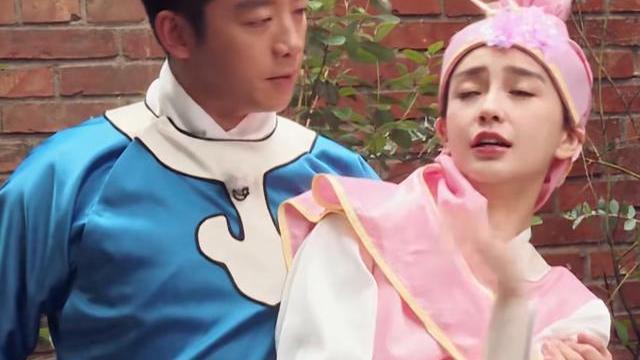 郑恺抱着baby演戏,谁注意他手搂哪?这是对老婆最大的尊重