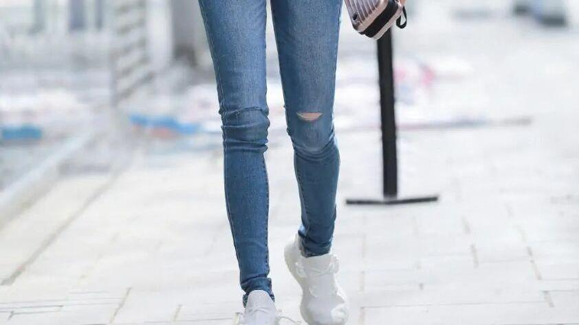 """年轻女孩带火了一种穿法,""""牛仔裤+小白鞋"""",时髦修身又吸睛!"""