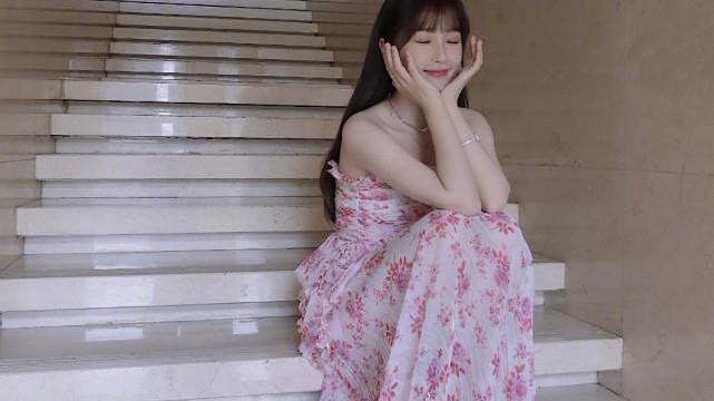 """虞书欣演绎甜美日常,粉色樱花裙美到极致,""""小作精""""变气质女神"""