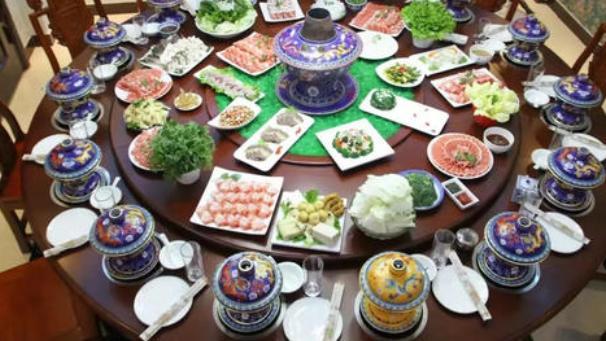 重庆火锅多姿多彩,北京涮羊肉则更像个厚实的老者,成熟稳重