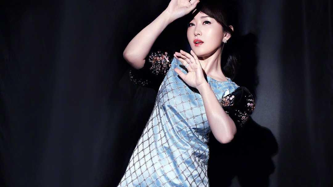 49岁杨钰莹依旧甜美如19岁少女,穿拼色外套戴棒球帽太清纯,真嫩