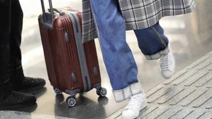 童瑶黄金比例身材好骄纵穿,大麻花毛衣配牛仔裤轻轻松松走机场,极具国际范
