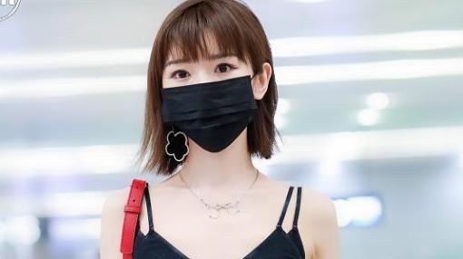 毛晓彤太会穿搭,黑色吊带秀出精致锁骨,邻家少女也性感