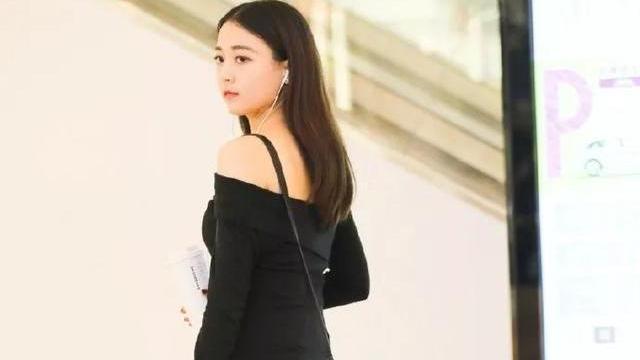 美女穿黑色连衣裙搭黑色铆钉高跟鞋,散发出小女人的魅力