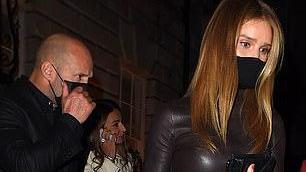 杰森斯坦森的女友罗西在派对上穿紧身巧克力皮革连衣裙太美了